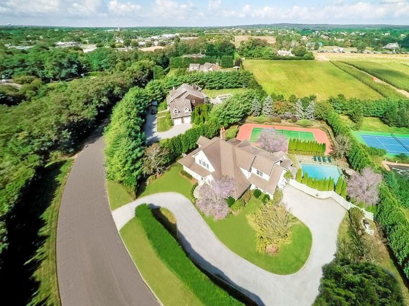 Casa para uma família para Venda às South of 27 off Cobb Road 121 Mill Creek Close Water Mill, Nova York 11976 Estados Unidos