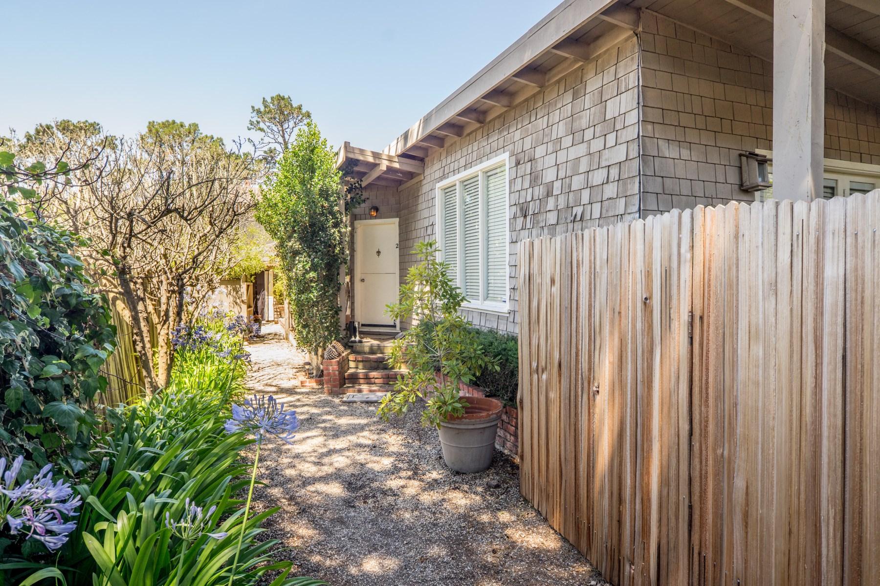 Maison multifamiliale pour l Vente à Cozy Carmel Triplex 24836 Santa Fe Carmel, Californie, 93923 États-Unis
