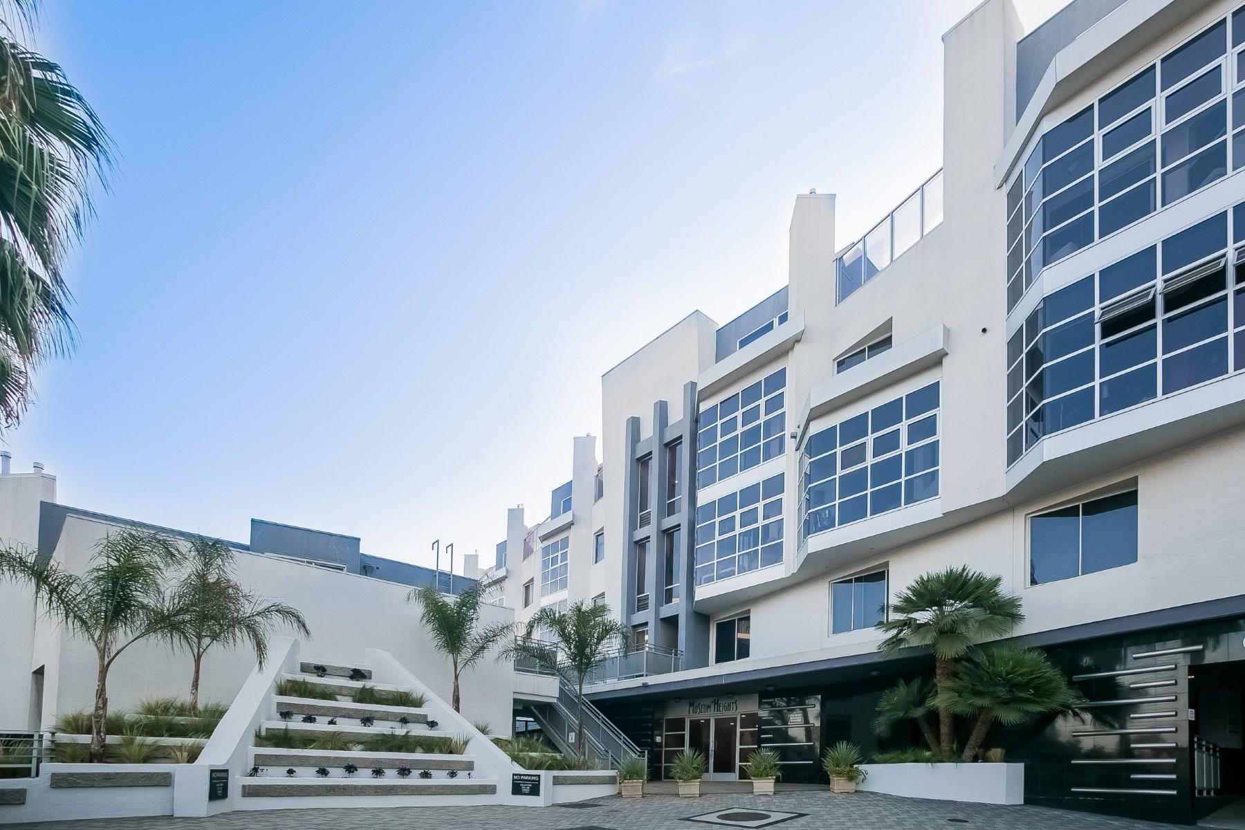 Kat Mülkiyeti için Satış at Sophisticated Brentwood Townhouse 171 North Church Lane Unit #619 Brentwood, Los Angeles, Kaliforniya, 90049 Amerika Birleşik Devletleri
