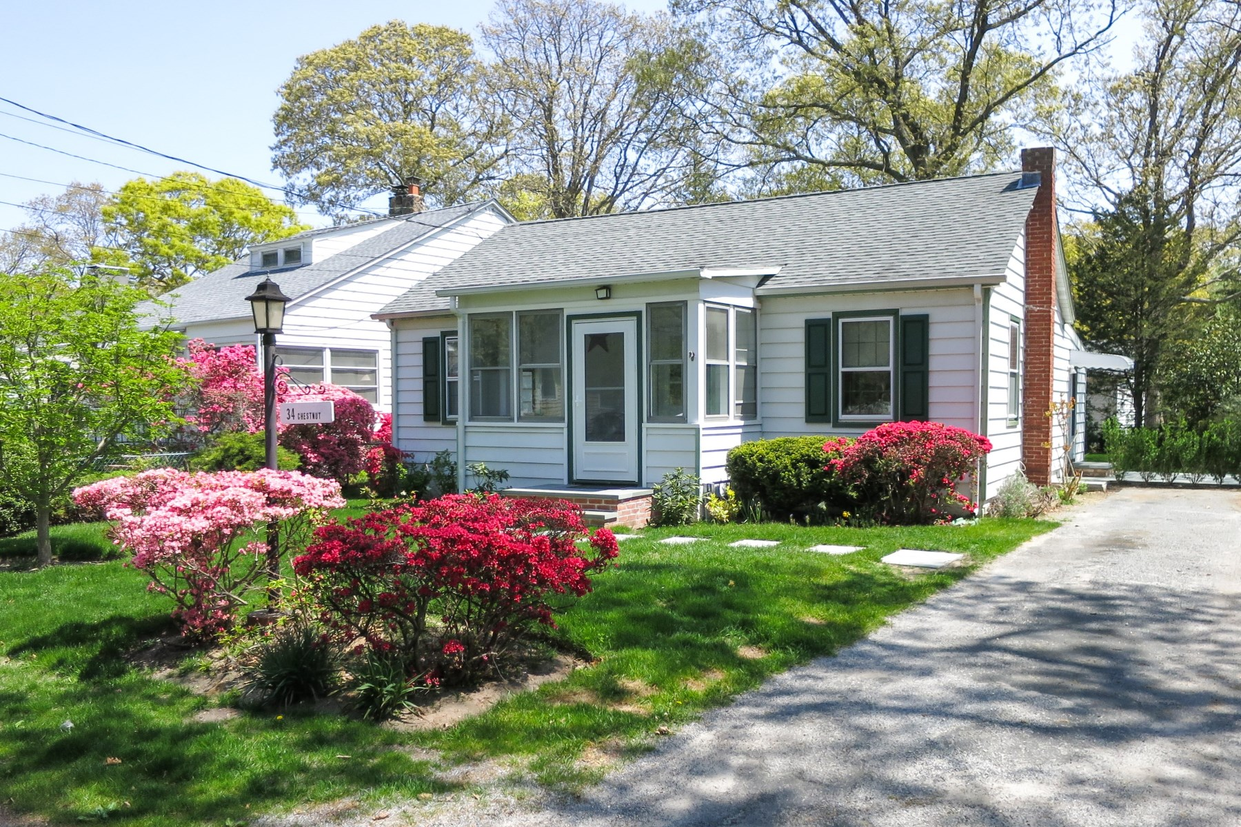 Частный односемейный дом для того Продажа на Renovated Noyac Cottage Near Bay Beaches 34 Chestnut Street Sag Harbor, Нью-Йорк, 11963 Соединенные Штаты