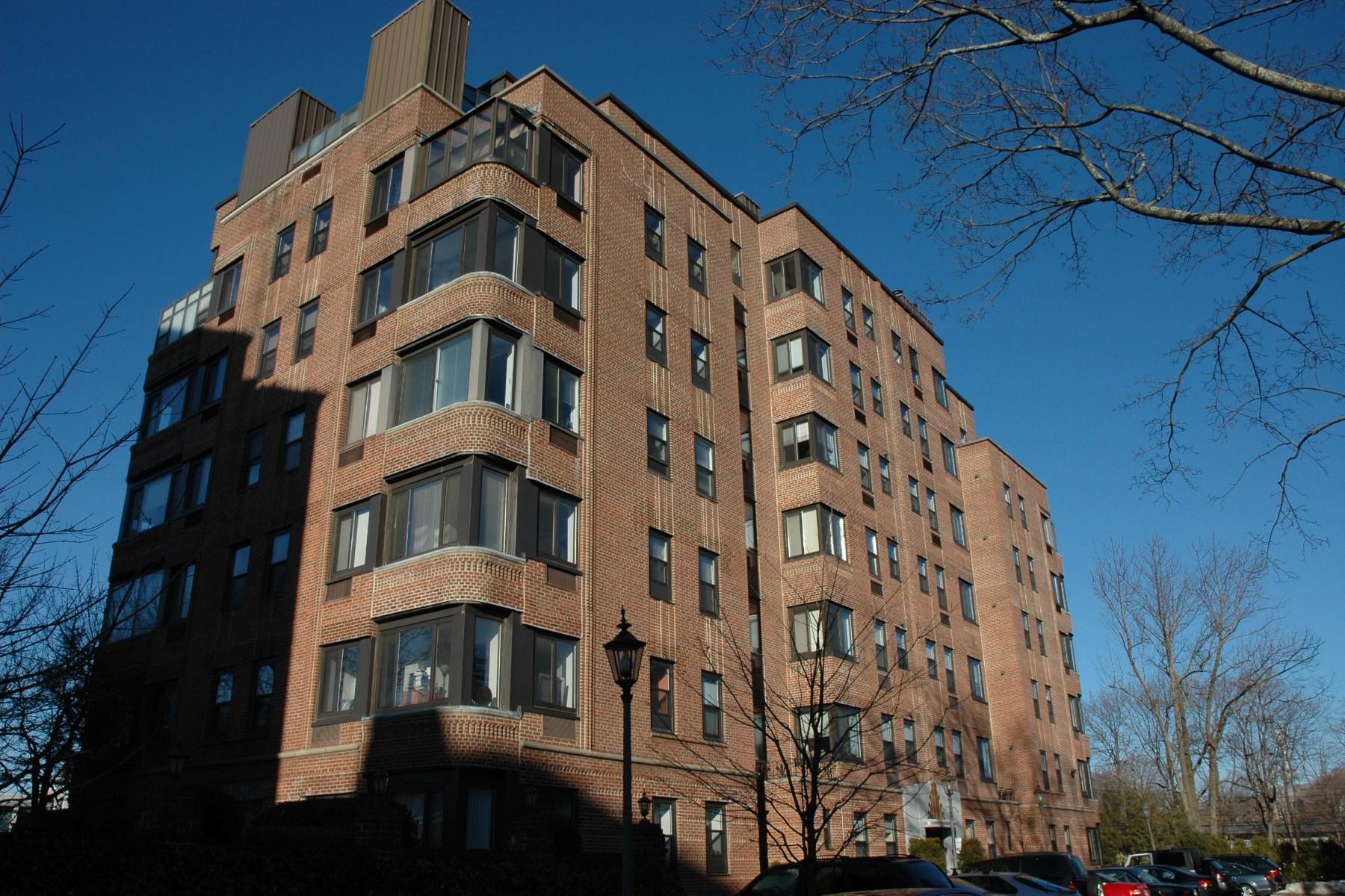 콘도미니엄 용 매매 에 Superbly Unique 15 Lafayette Court, Unit 1d Central Greenwich, Greenwich, 코네티컷, 06830 미국