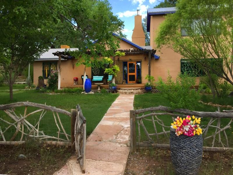 Nhà ở một gia đình vì Bán tại County Road 142 Wonderland Compound. Abiquiu, New Mexico 87510 Hoa Kỳ