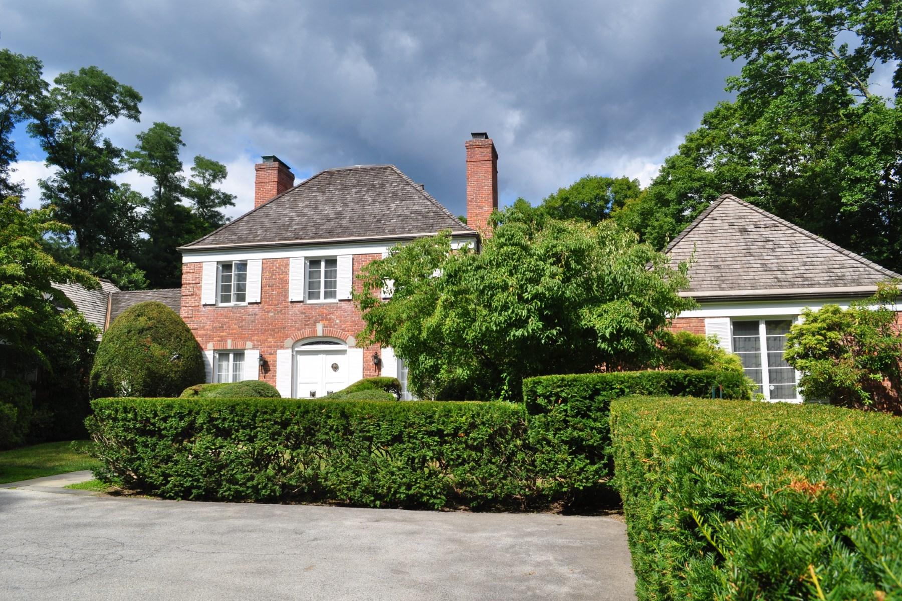 Частный односемейный дом для того Продажа на 22 Red Coat Lane, Greenwich CT South Of Parkway, Greenwich, Коннектикут, 06830 Соединенные Штаты