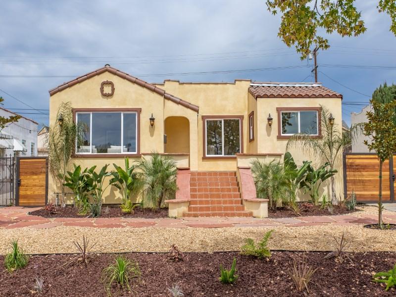 Maison unifamiliale pour l Vente à Turn-key Spanish Revival 5025 West 21st Street Los Angeles, Californie 90016 États-Unis