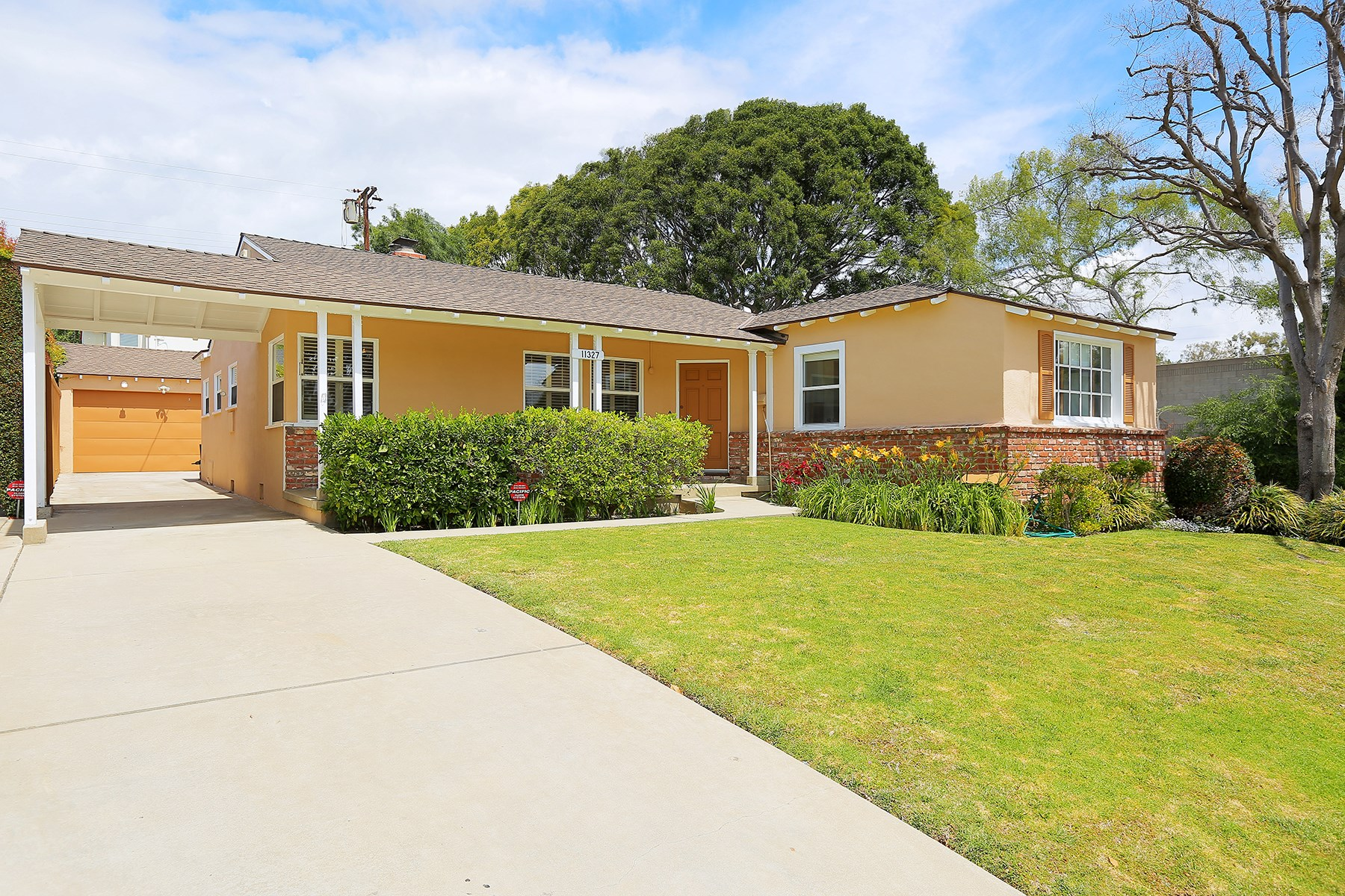 단독 가정 주택 용 매매 에 Adorable Bright Traditional Home 11327 Chenault Street Brentwood, Los Angeles, 캘리포니아, 90049 미국