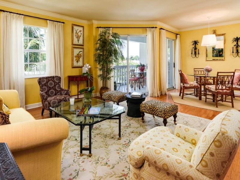 共管式独立产权公寓 为 销售 在 Chic In-Town Palm Beach Apartment 330 Cocoanut Row Apt 4c Palm Beach, 佛罗里达州 33480 美国