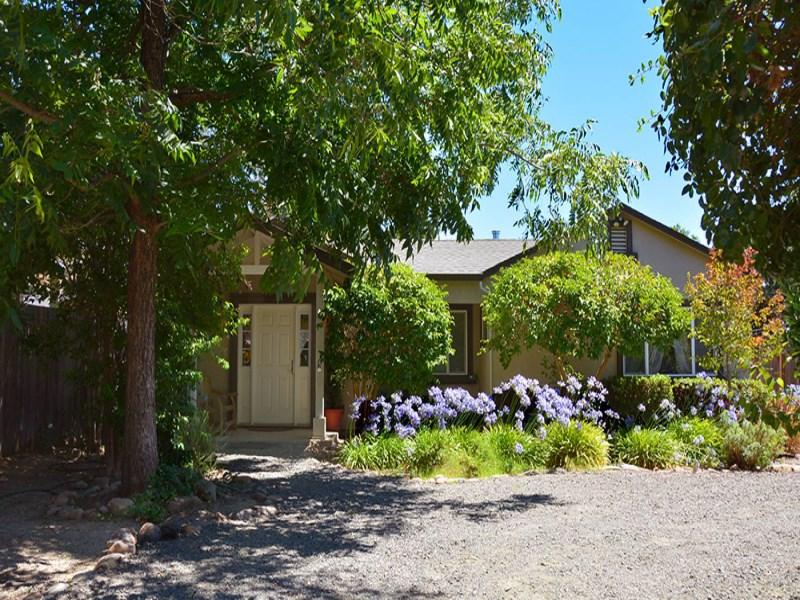 Tek Ailelik Ev için Satış at Charming Weekend Getaway 410 E Thomson Ave Sonoma, Kaliforniya 95476 Amerika Birleşik Devletleri