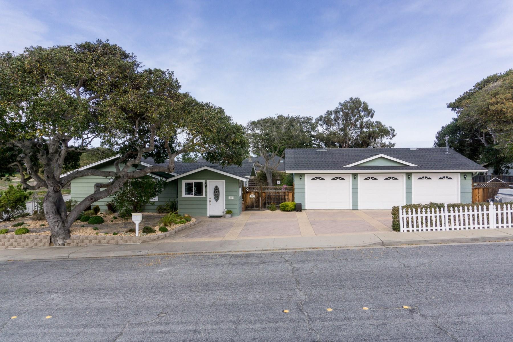 Maison unifamiliale pour l Vente à 1559 Kimball Avenue Seaside, Californie 93955 États-Unis