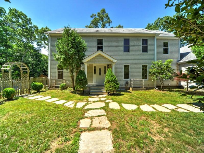 Einfamilienhaus für Verkauf beim Spacious Home in Springs 20 Washignton Avenue Springs, East Hampton, New York 11937 Vereinigte Staaten