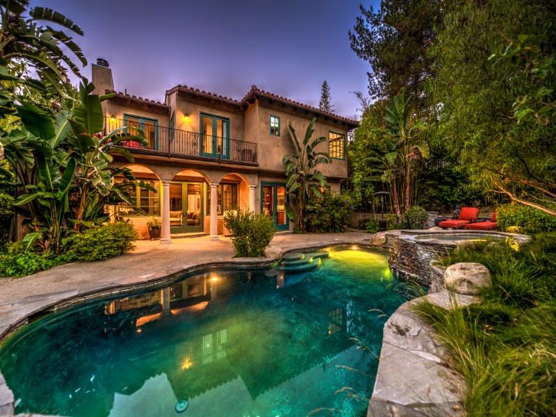 Vivienda unifamiliar por un Venta en A Beautiful Spanish Home 11941 Ashdale Lane Studio City, California 91604 Estados Unidos