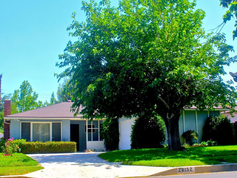 Vivienda unifamiliar por un Venta en Charming 3-Bedroom with Pool 20152 Gresham Street Winnetka, California 91306 Estados Unidos