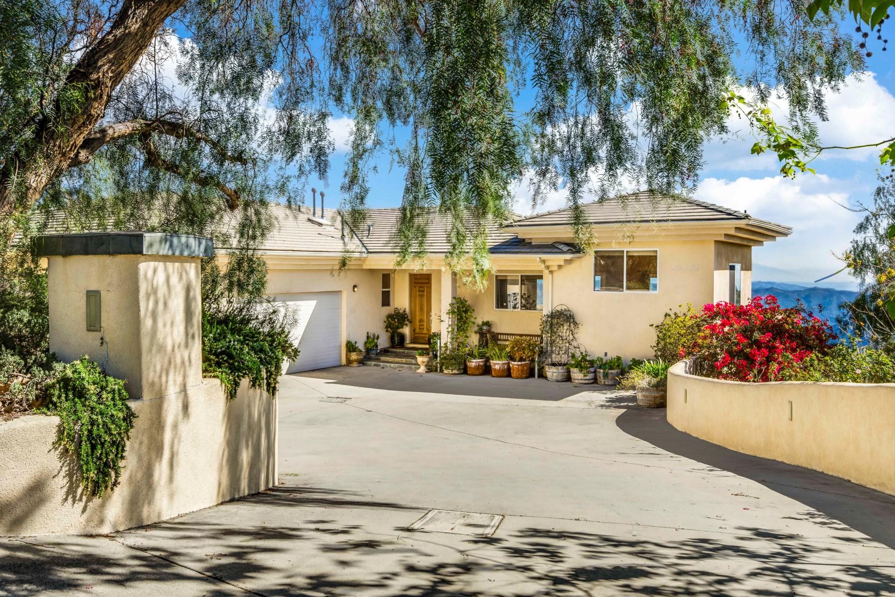Casa Unifamiliar por un Venta en Ocean and City Light Views 23225 Saddle Peak Road Topanga, California 90290 Estados Unidos