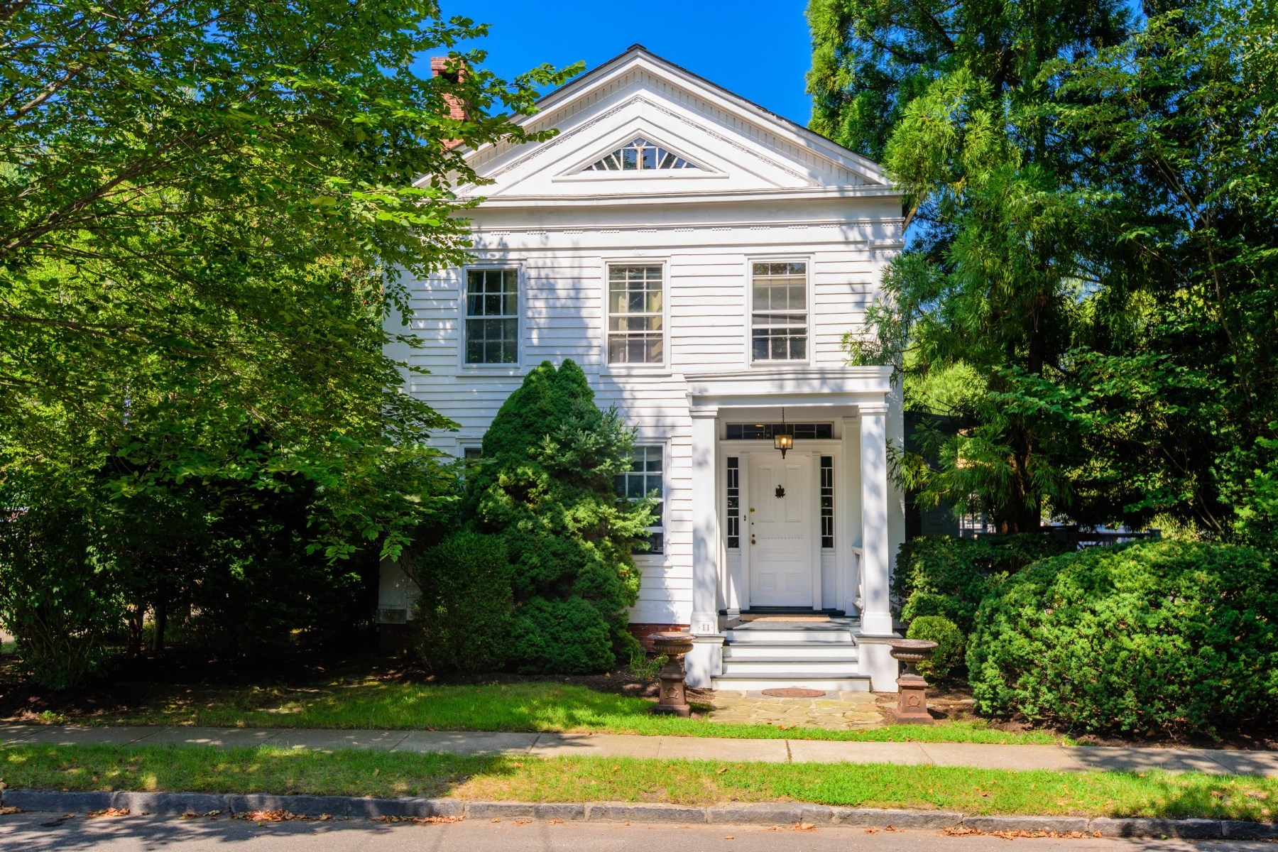 단독 가정 주택 용 매매 에 Greek Revival Classic, Sag Harbor Village 11 Henry St Sag Harbor Village, Sag Harbor, 뉴욕 11963 미국