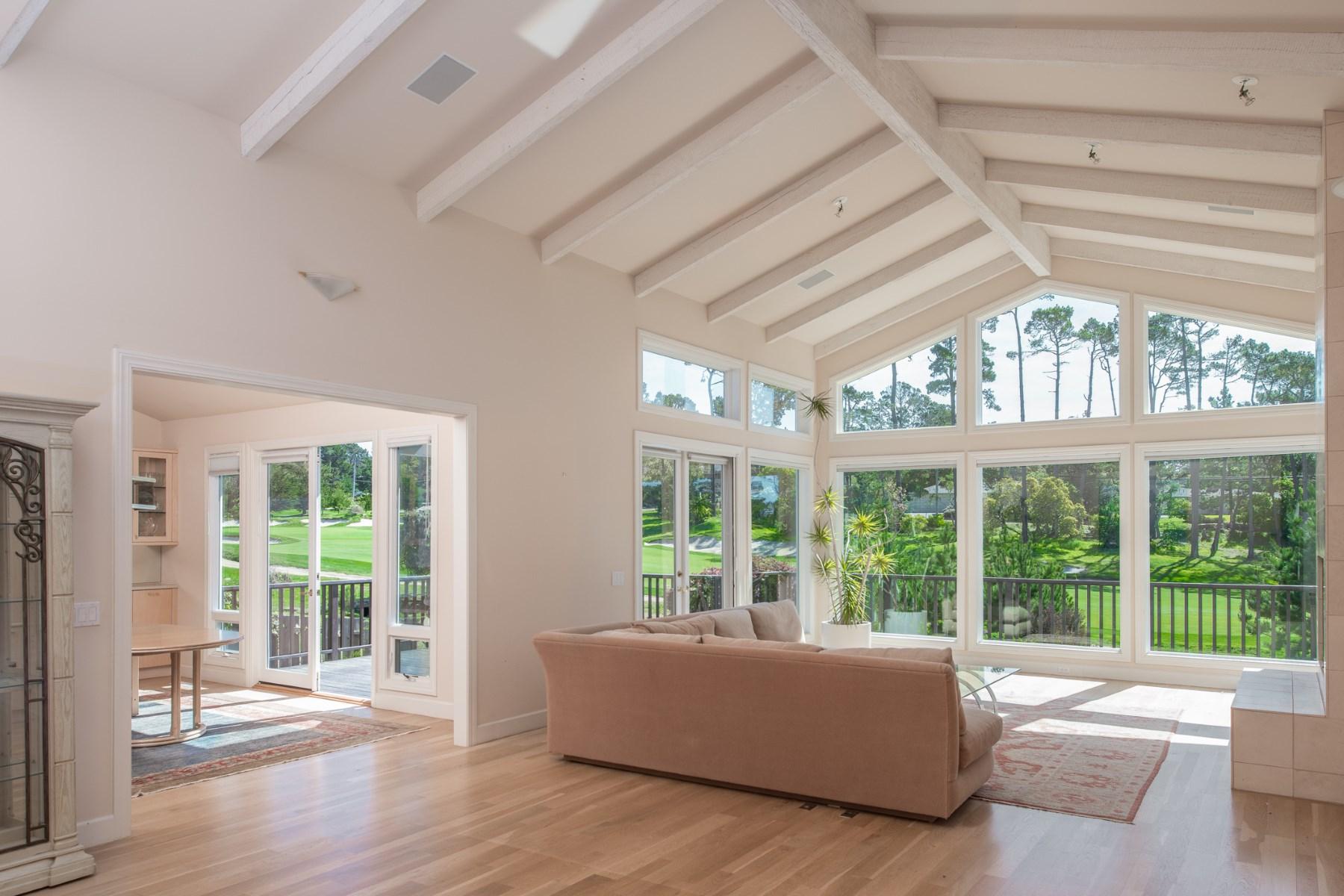 独户住宅 为 销售 在 Country Club Golfer's Oasis 1072 San Carlos Road 卵石滩, 加利福尼亚州, 93953 美国