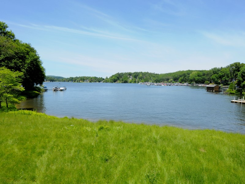 Terreno por un Venta en Candlewood Lake Life 174 Candlewood Lake Road Brookfield, Connecticut 06804 Estados Unidos