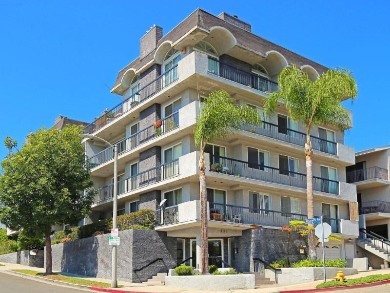 Copropriété pour l Vente à Gorgeous Condo with Huge Patio 1851 Holmby Avenue Unit 103 Westwood, Los Angeles, Californie 90025 États-Unis