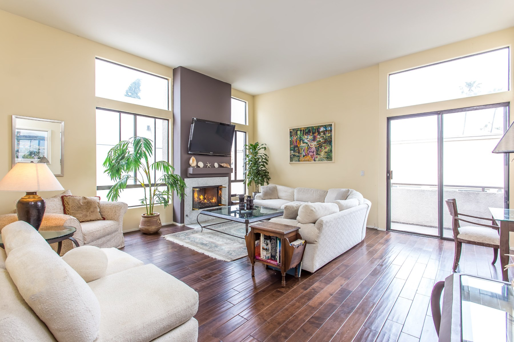 Condominium for Sale at Stunning Sun-Filled Penthouse Home 910 S Bedford Street #307 Los Angeles, California, 90035 United States