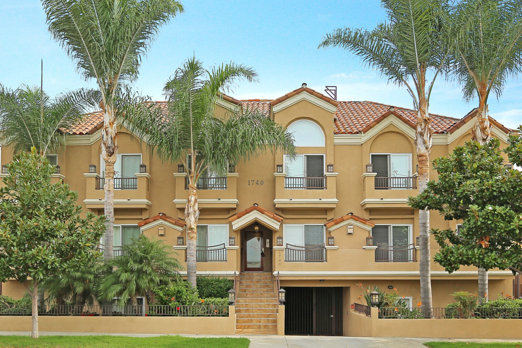 Villetta a schiera per Vendita alle ore Stylish Westside Townhouse 1740 S. Westgate Ave #D West Los Angeles, Los Angeles, California 90025 Stati Uniti