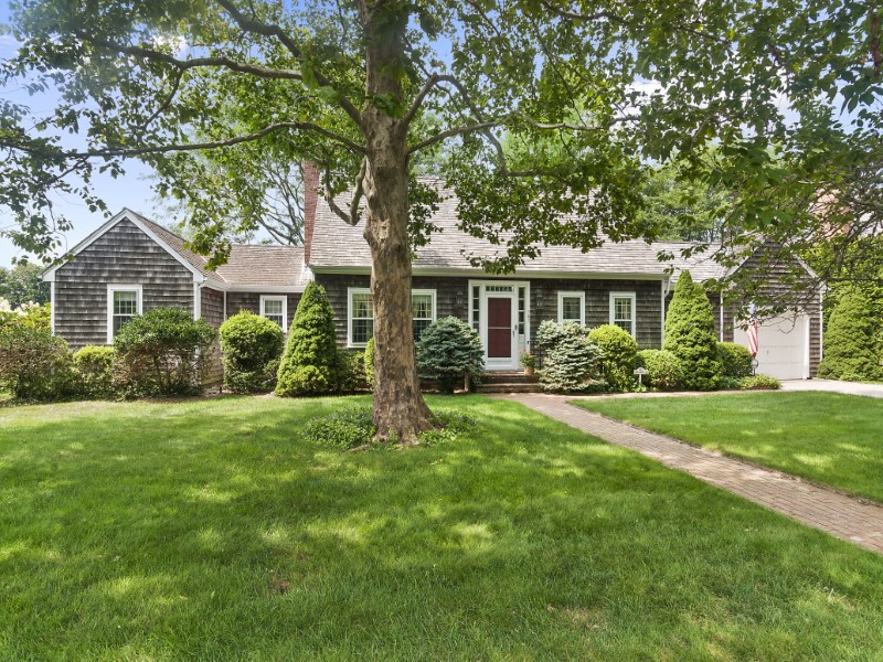 Casa para uma família para Venda às Bridgehampton Village Charmer Pond Front 143 Bull Head Lane Bridgehampton, Nova York 11932 Estados Unidos