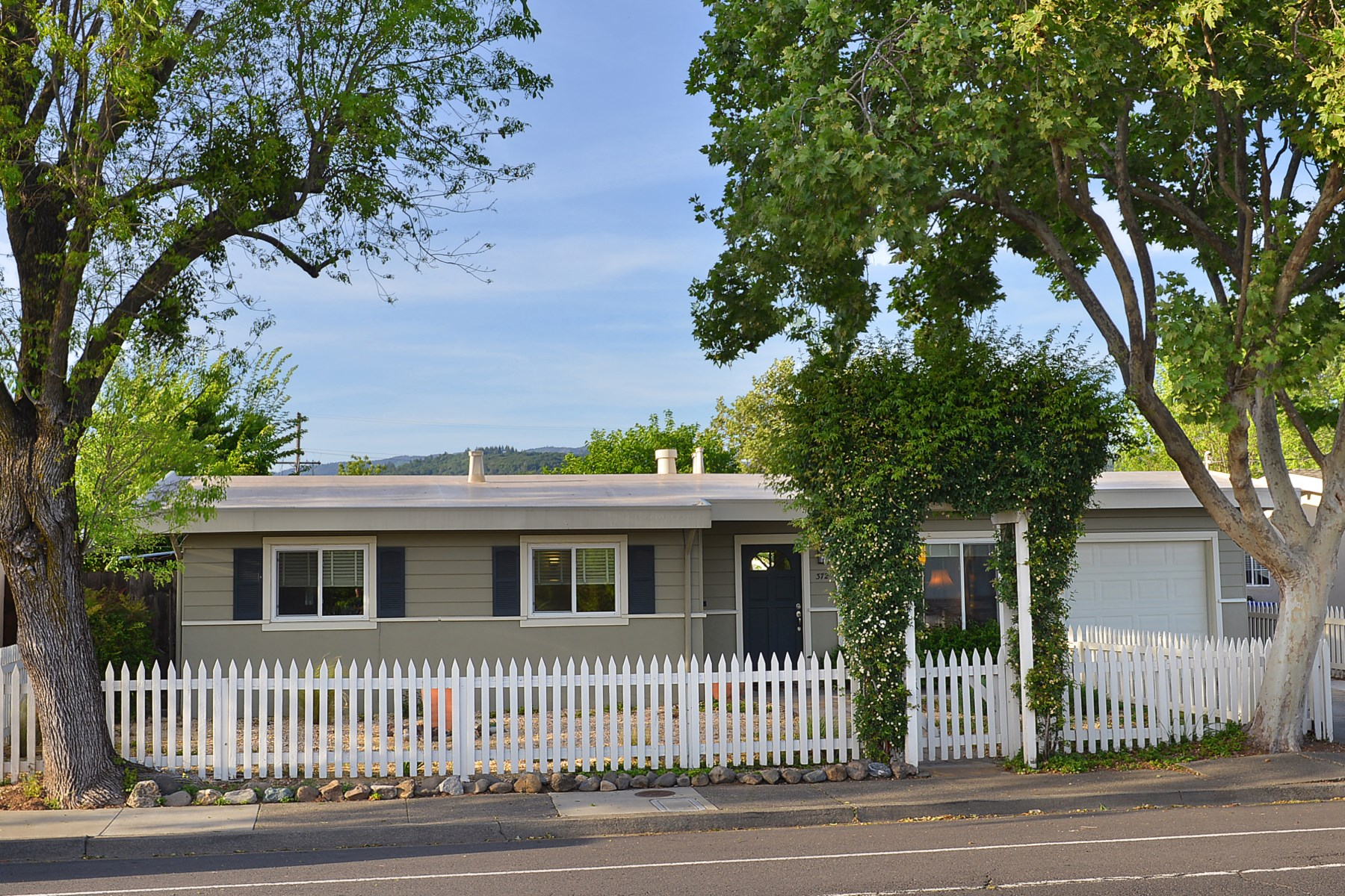 Single Family Home for Sale at Charming Sonoma Bungalow 372 W Macarthur St Sonoma, California, 95476 United States