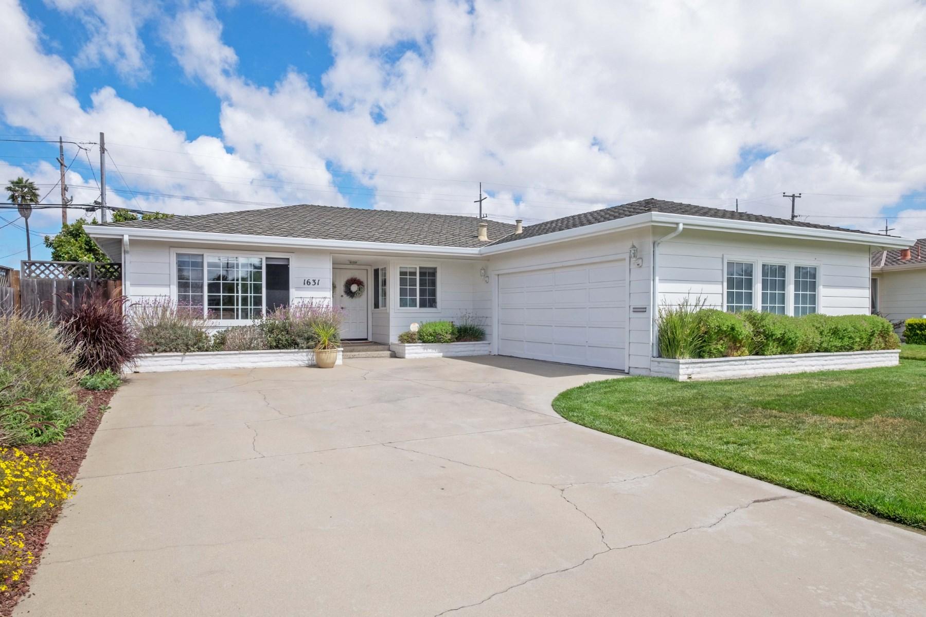 Nhà ở một gia đình vì Bán tại 1631 Cupertino Way, Salinas Salinas, California, 93906 Hoa Kỳ
