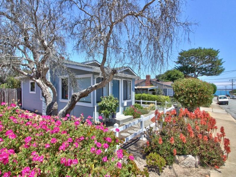 Nhà ở một gia đình vì Bán tại Cottage by the Bay 1098 Hoffman Avenue Monterey, California 93940 Hoa Kỳ