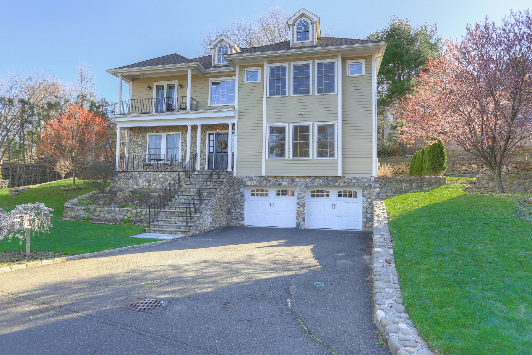 Частный односемейный дом для того Продажа на Nearly New on Quiet Lane 7 Comly Terrace Greenwich, Коннектикут, 06831 Соединенные Штаты