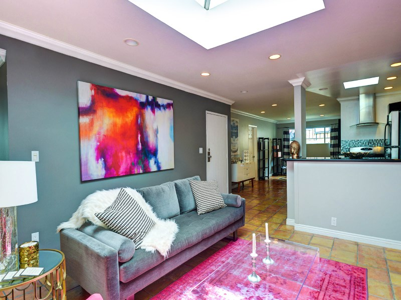 Condomínio para Venda às Investor Gem: Updated in West Hollywood 938 Palm Ave #203 West Hollywood, West Hollywood, Califórnia 90069 Estados Unidos