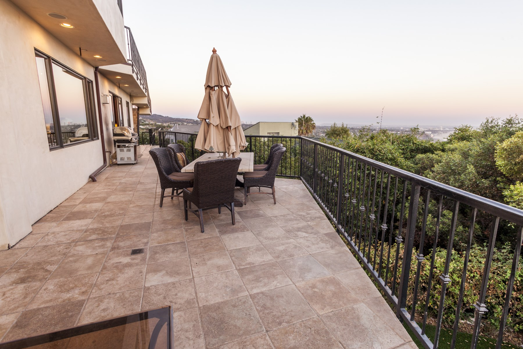 Maison unifamiliale pour l Vente à Entertainment Home with Ocean Views 649 Resolando Drive Pacific Palisades, Californie, 90272 États-Unis