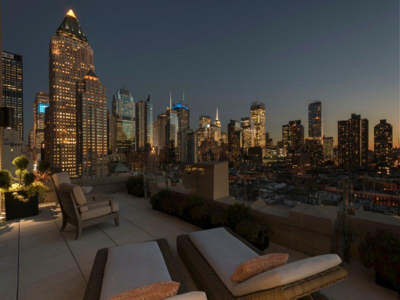 Condominio por un Venta en 425 West 50th Street, Apt 10C 425 West 50th Street Apt 10c New York, Nueva York 10019 Estados Unidos