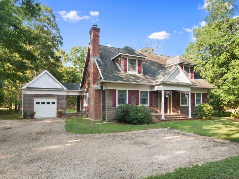 Villa per Vendita alle ore Beautiful Cape Cod Home Adjacent Reserve 42 Manor Ln South East Hampton, New York 11937 Stati Uniti