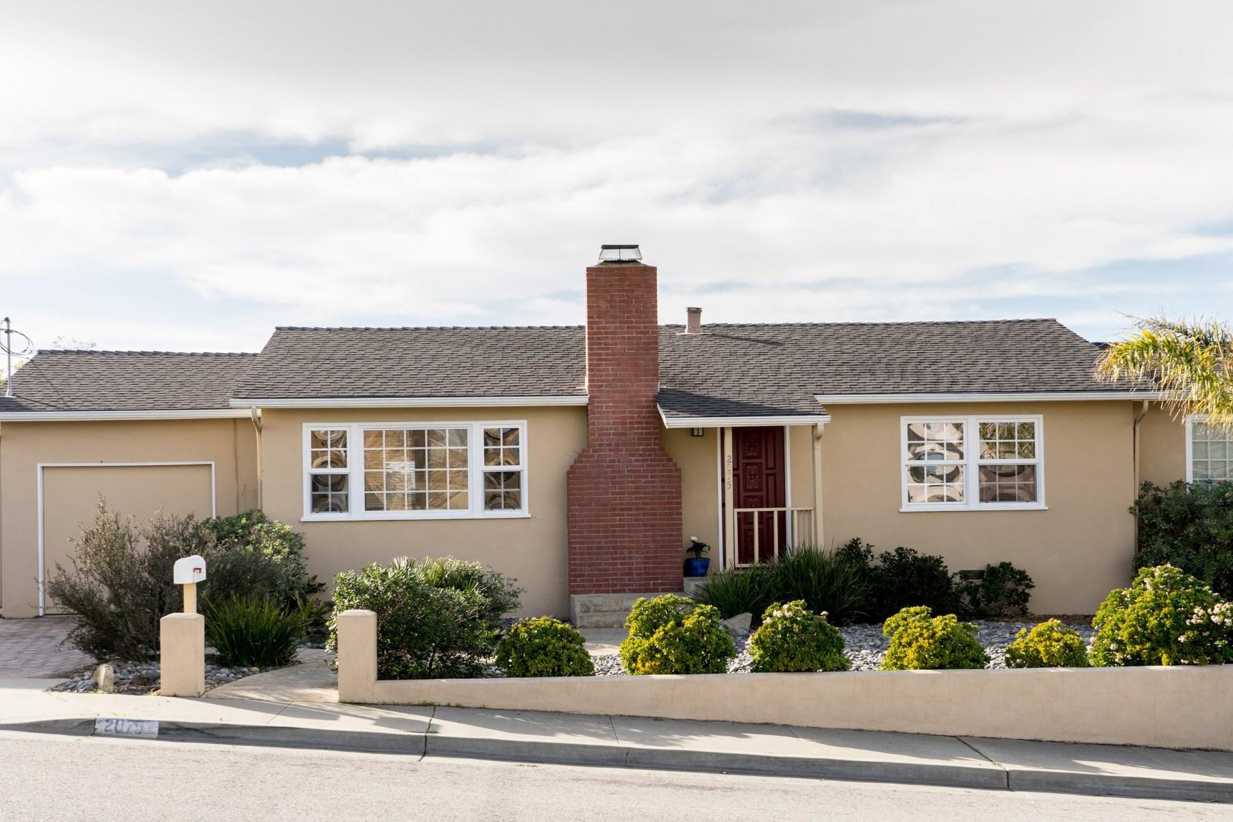 Maison unifamiliale pour l Vente à Beautifully Updated in Seaside 2075 Mendocino Street Seaside, Californie 93955 États-Unis