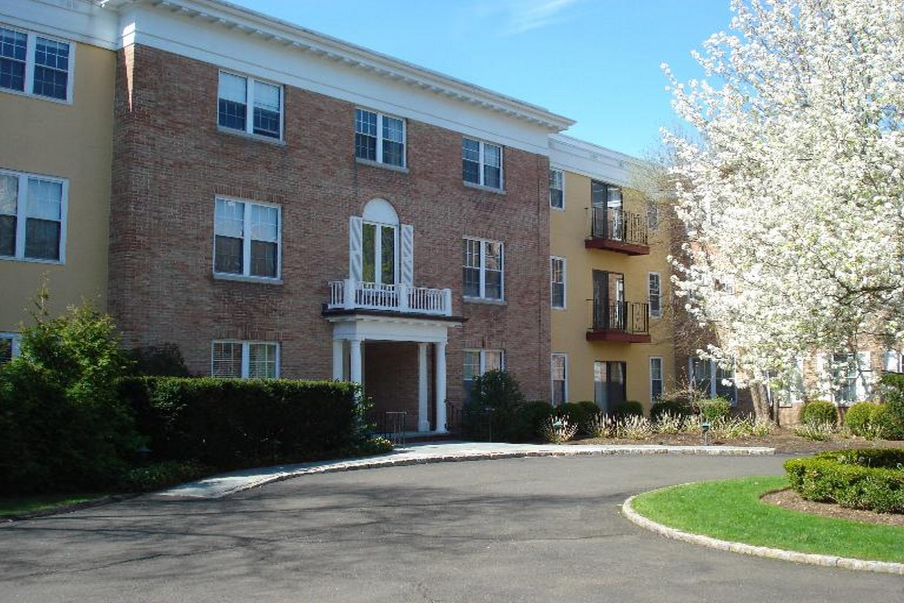 Nhà chung cư vì Bán tại Own for What It Costs To Rent 140 Field Point Road, Unit 9 Central Greenwich, Greenwich, Connecticut 06830 Hoa Kỳ