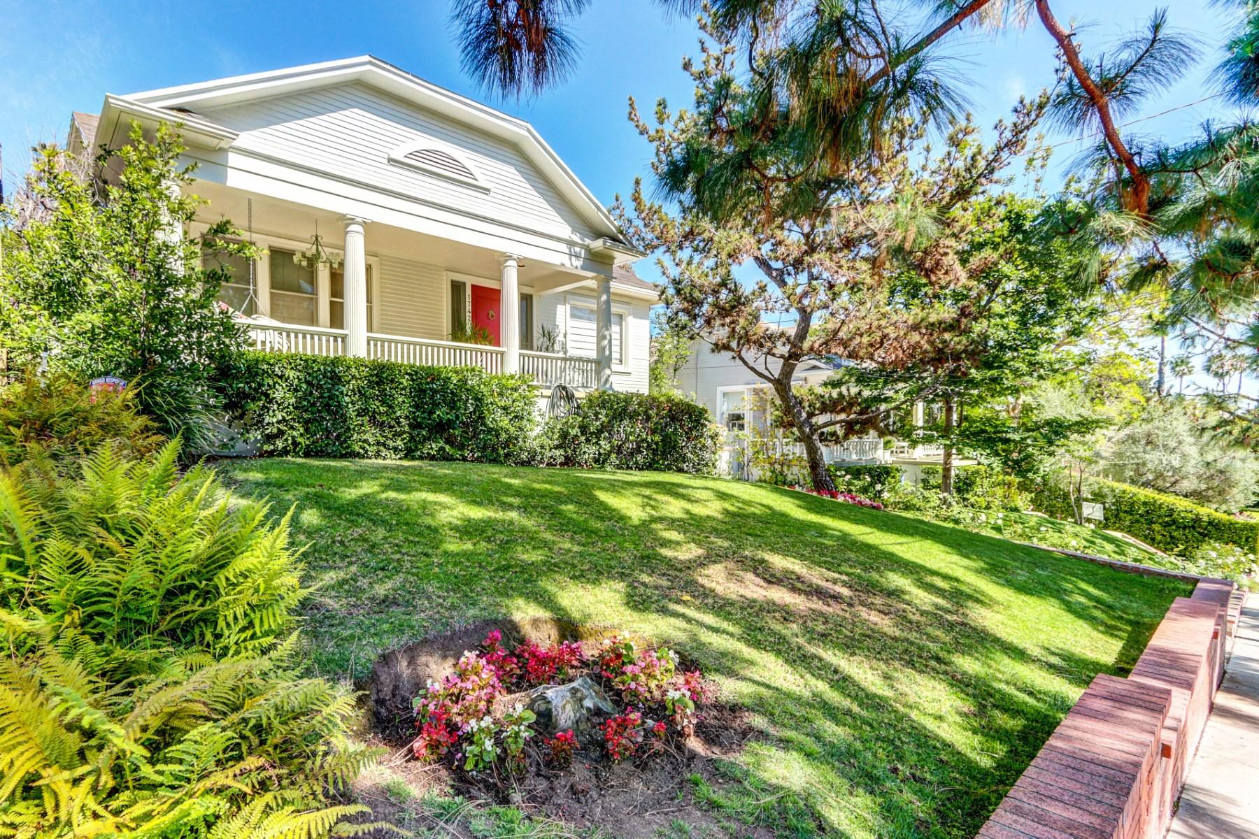 Частный односемейный дом для того Продажа на California Bungalow, 1919 by Runyon Cyn 1742 North Gardner Street Los Angeles, Калифорния 90046 Соединенные Штаты