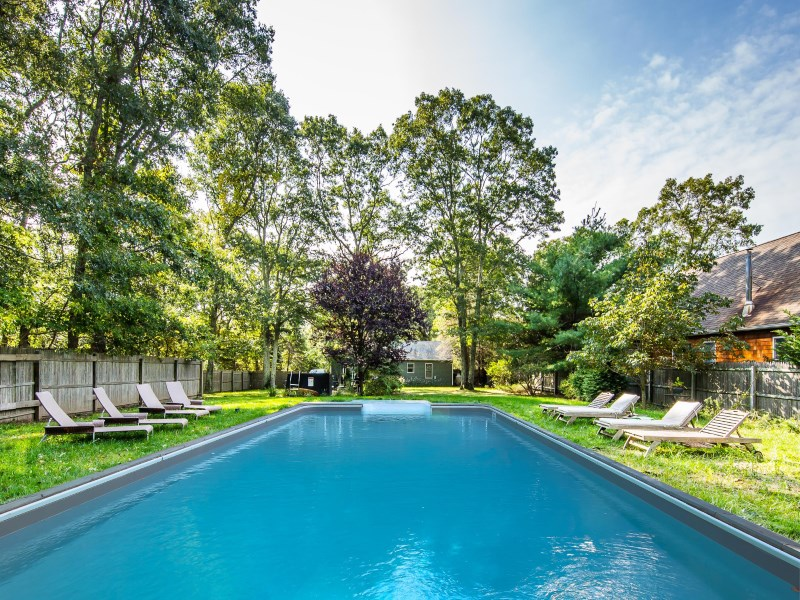 独户住宅 为 销售 在 Sweet Cottage by the Bay with Pool 7 Squaw Road 东汉普顿, 纽约州 11937 美国