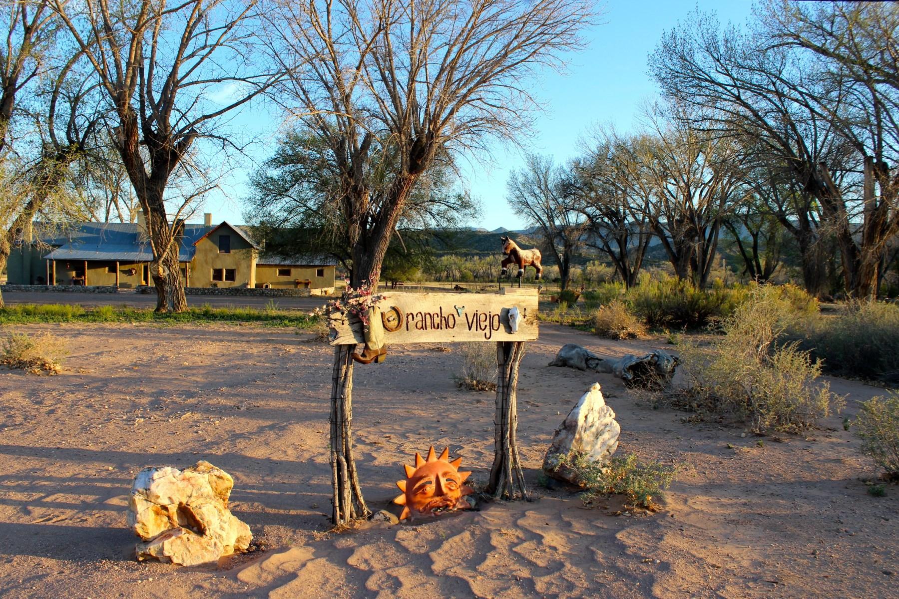 Maison unifamiliale pour l Vente à 1147 County Road 142 Rancho Viejo County Rd. 142 Santa Fe, New Mexico 87510 États-Unis