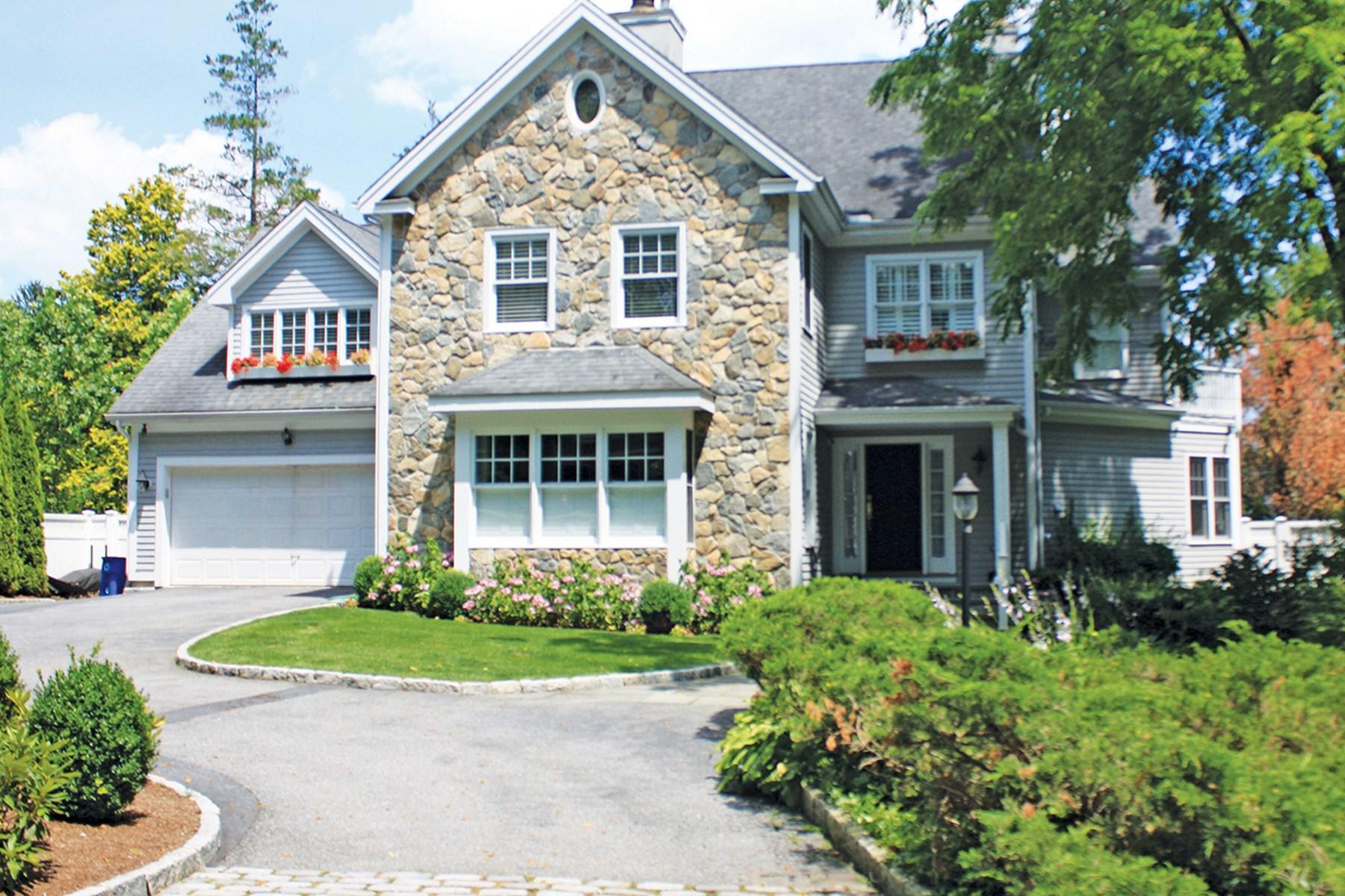 Casa para uma família para Venda às Water Views in Beloved Riverside 23 Willowmere Avenue Riverside, Connecticut 06878 Estados Unidos
