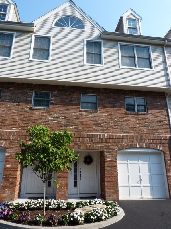 联栋屋 为 销售 在 Central Greenwich Townhouse 150 Prospect Street, Unit 2 Central Greenwich, Greenwich, 康涅狄格州 06830 美国