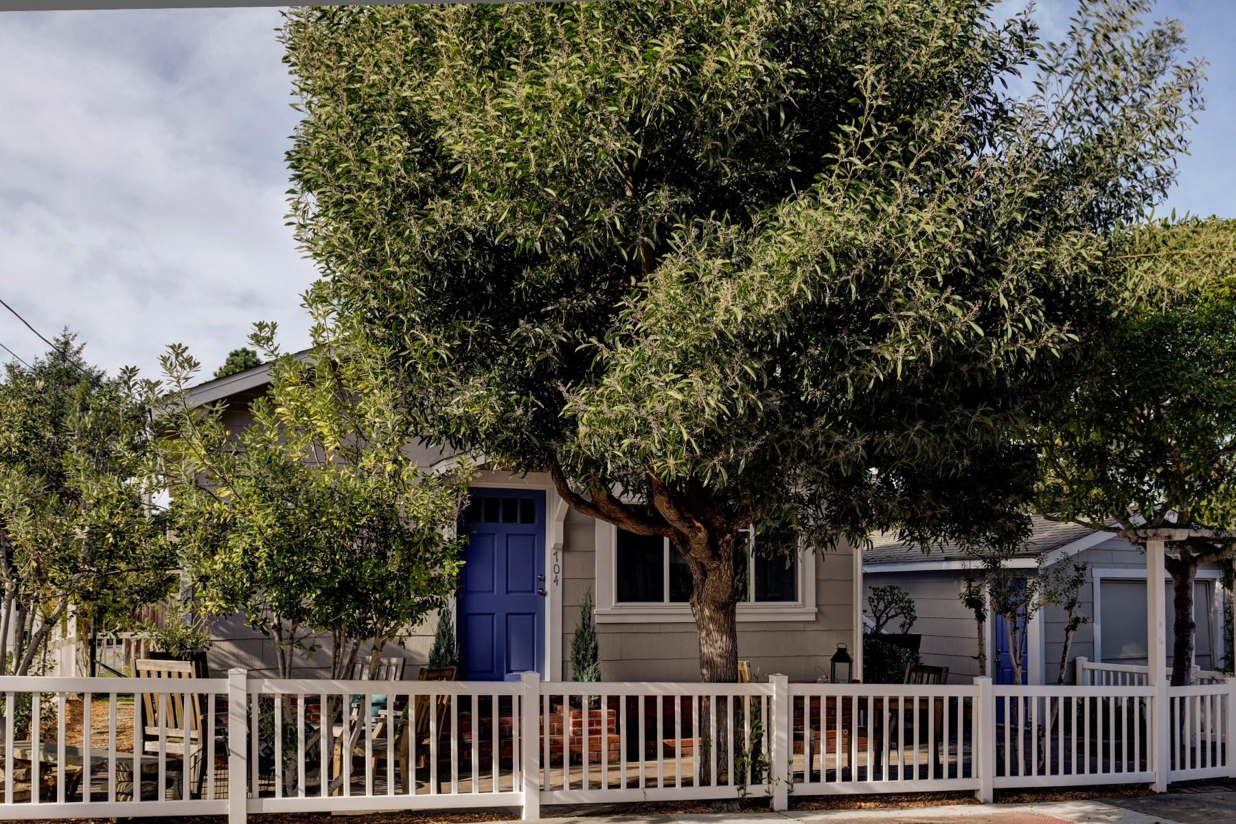 Maison unifamiliale pour l Vente à Sweet Pacific Grove Cottage 704 9th Street Pacific Grove, Californie 93950 États-Unis