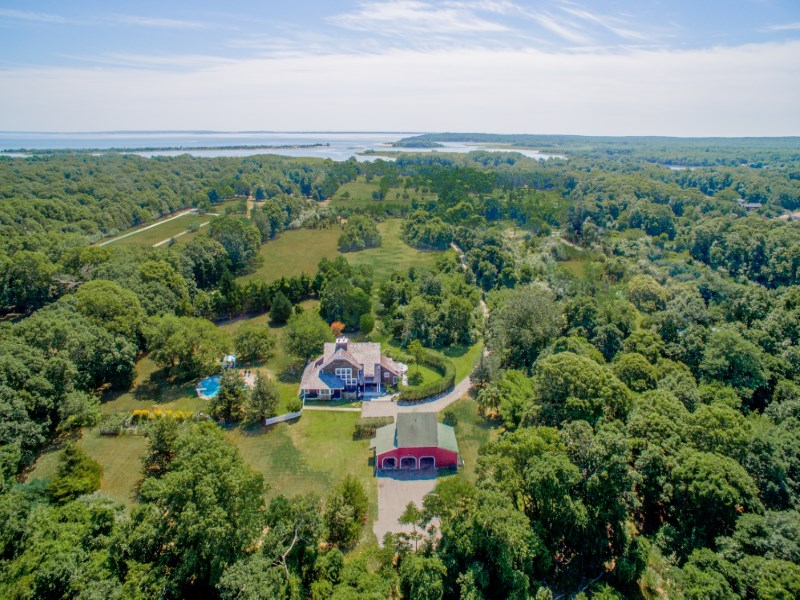 Maison unifamiliale pour l Vente à Rare Bucolic Approx. 6-Acre Oasis 24 Farm House Lane Springs, East Hampton, New York 11937 États-Unis