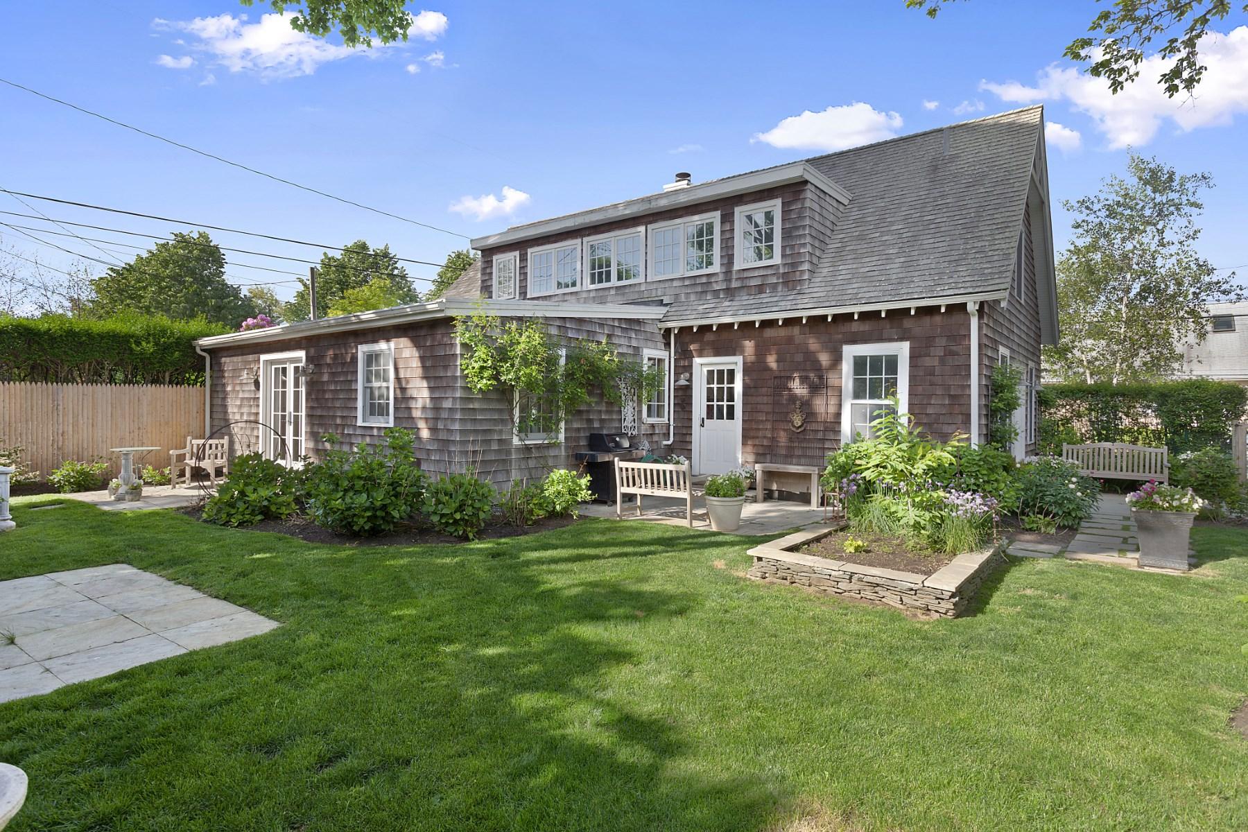 단독 가정 주택 용 매매 에 Charming Cottage, Bridgehampton Village 154 Corwith Avenue Bridgehampton, 뉴욕 11932 미국