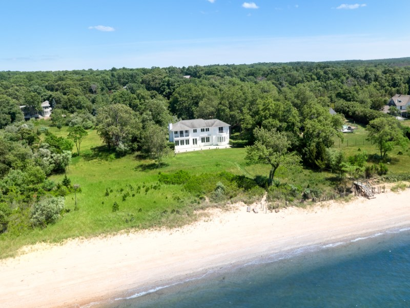 Villa per Vendita alle ore Waterfront Perfection 5 St. Regis Court East Hampton, New York 11937 Stati Uniti