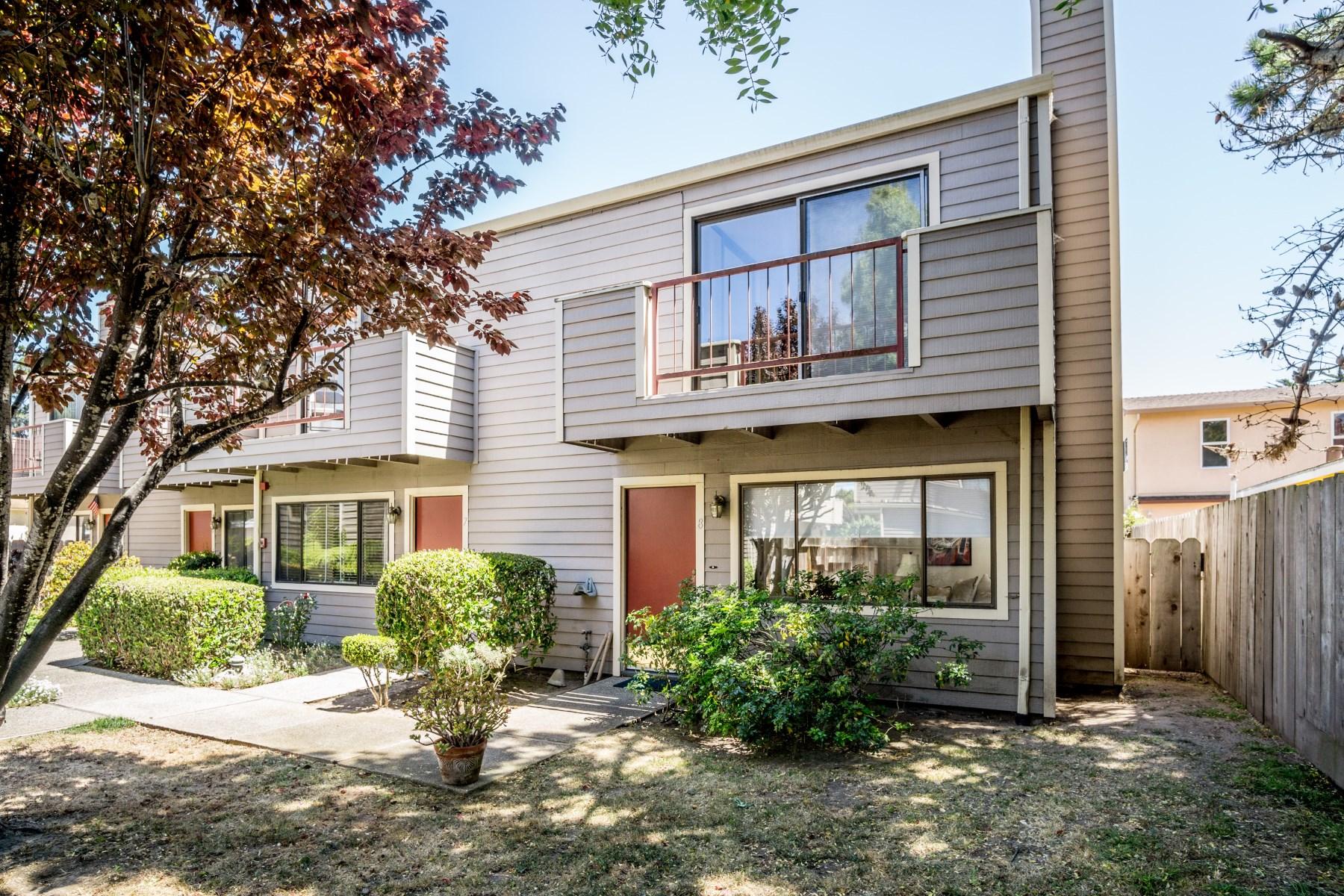 Nhà chung cư vì Bán tại Monterey Condo 355 Casa Verde Way #8 Monterey, California, 93940 Hoa Kỳ