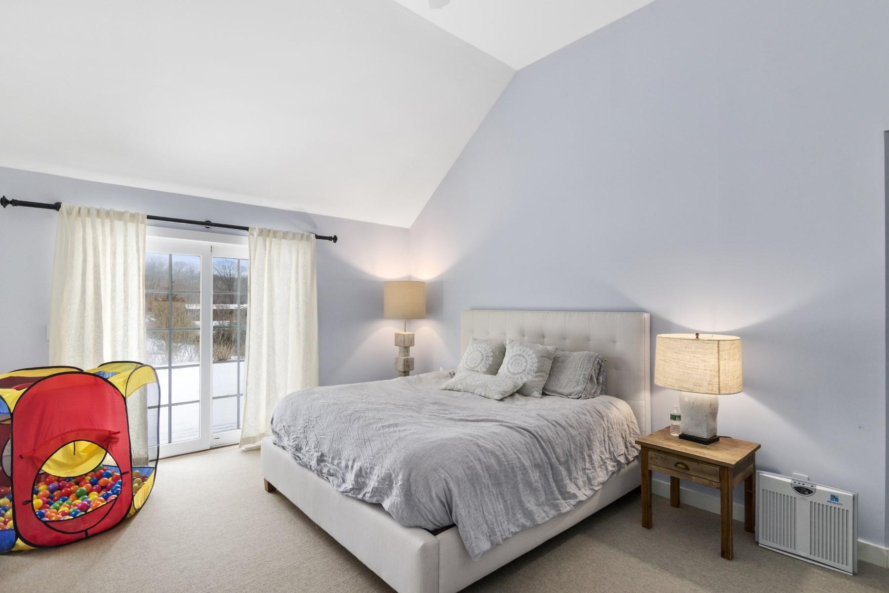 Property Of Bridgehampton Close to Town