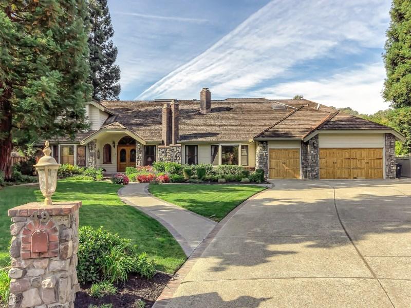 Maison unifamiliale pour l Vente à Extraordinary Golf Course Lifestyle 49 Red Cedar Ct Danville, Californie 94506 États-Unis