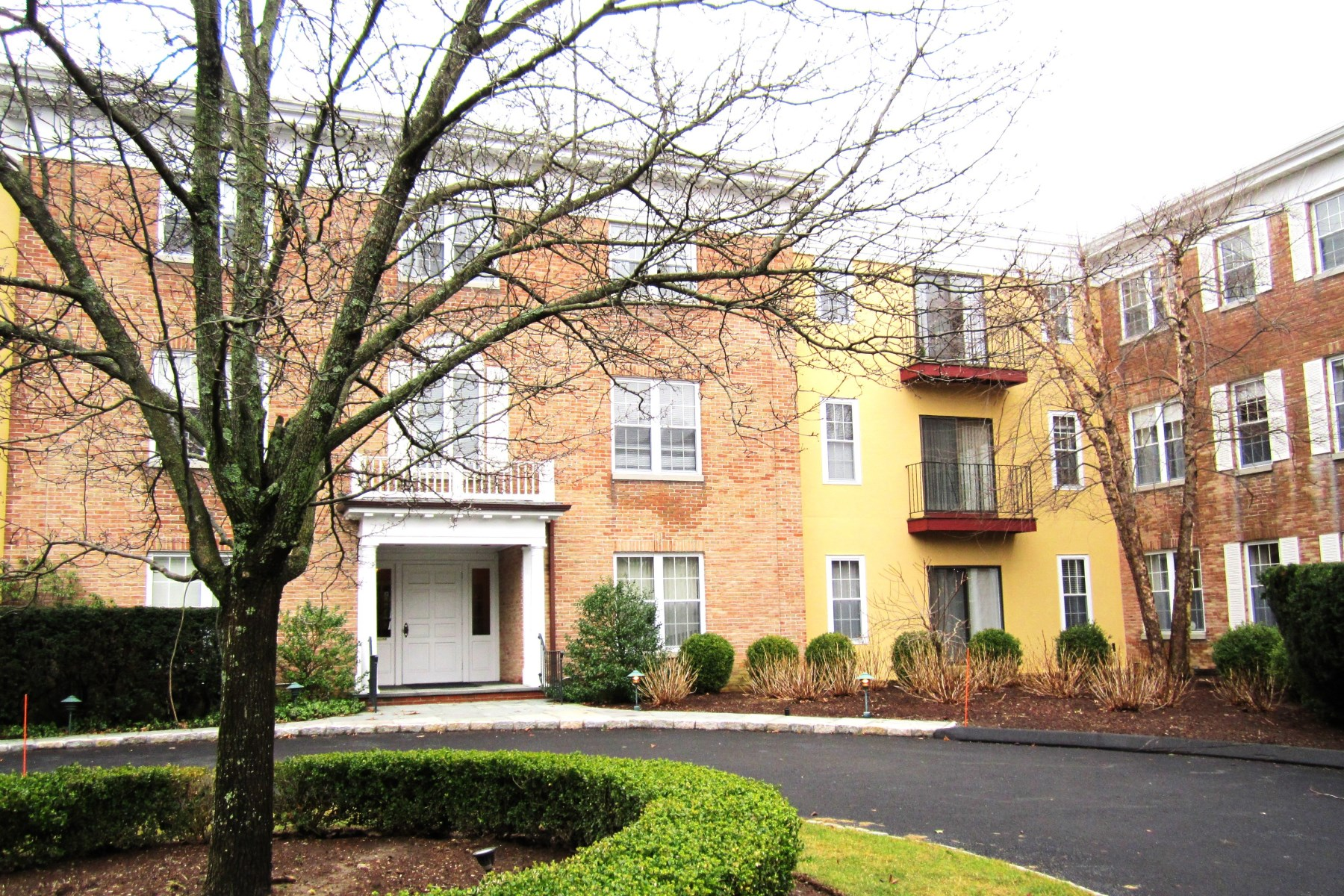 Condominium for Sale at Central Greenwich Condominium 140 Field Point Road, Unit 36 Central Greenwich, Greenwich, Connecticut, 06830 United States