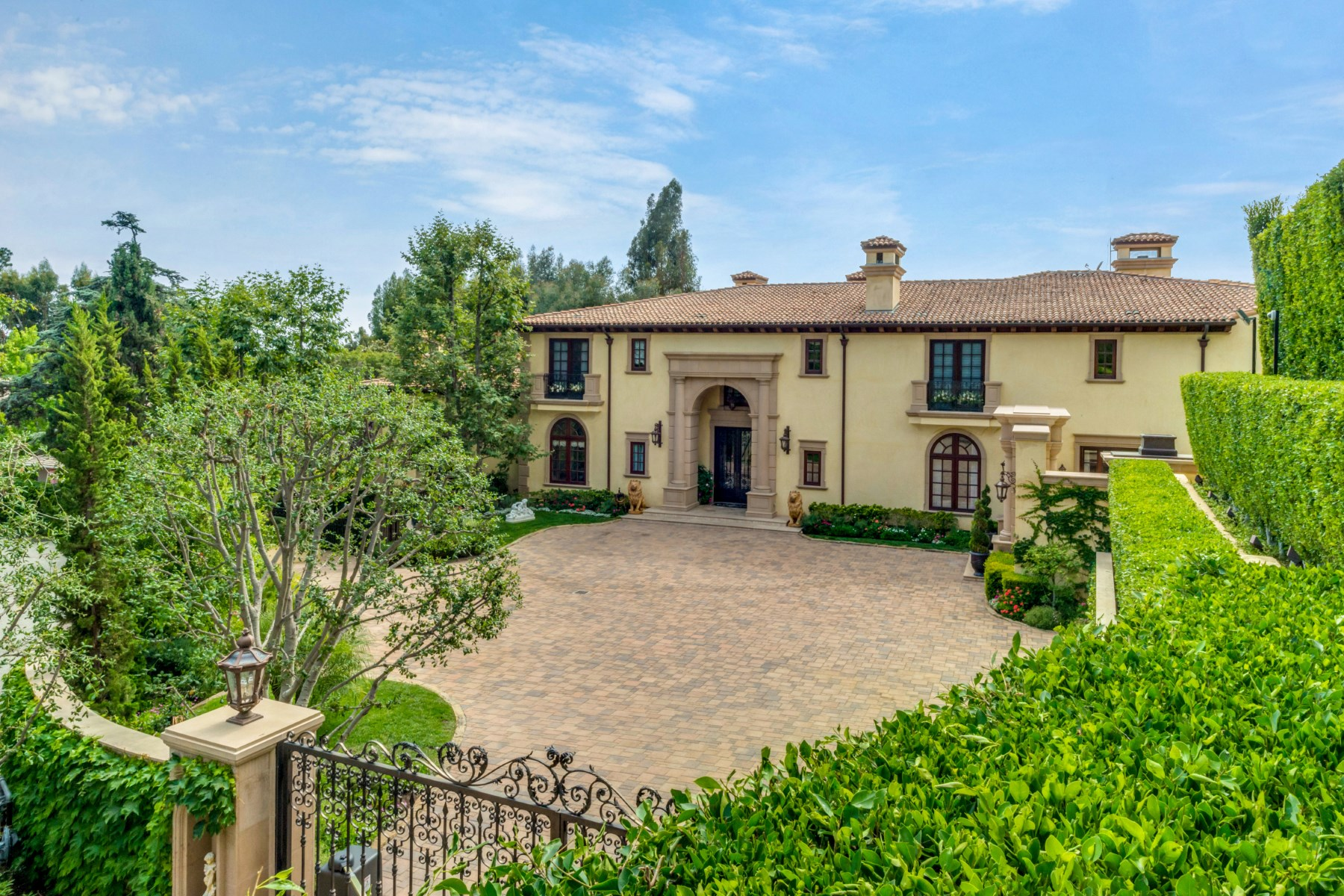 Single Family Home for Sale at Private Estate in Beverly Hills 1141 Summit Drive Beverly Hills, California 90210 United States