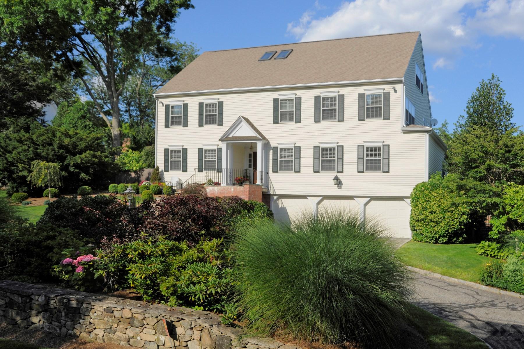 Casa para uma família para Venda às Gracious and Welcoming 9 Palmer Lane Riverside, Connecticut 06878 Estados Unidos