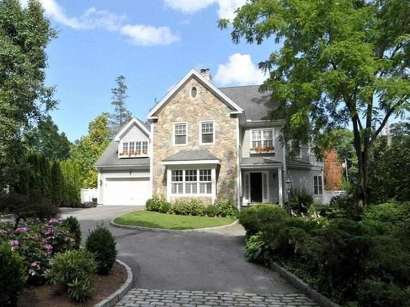 Частный односемейный дом для того Продажа на Charming Willowmere Home 23 Willowmere Avenue Riverside, Коннектикут 06878 Соединенные Штаты