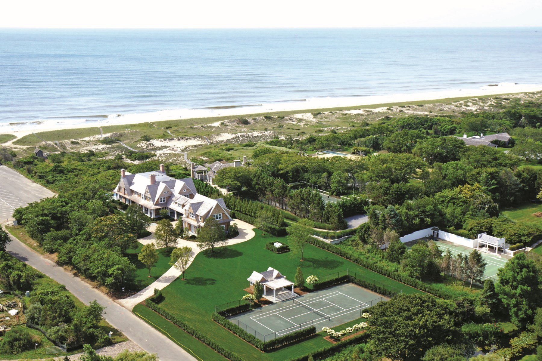 Частный односемейный дом для того Аренда на East Hampton Oceanfront, Pool and Tennis 38 Two Mile Hollow Road East Hampton Village, East Hampton, Нью-Йорк 11937 Соединенные Штаты